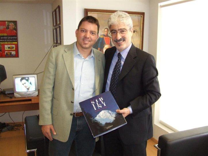 Il ministro venezuelano Pedro Morejon con il presidente della Provincia Massimo Rossi
